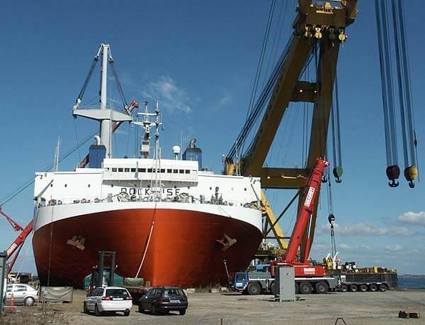 puente-grua-astillero-gigante-barcos